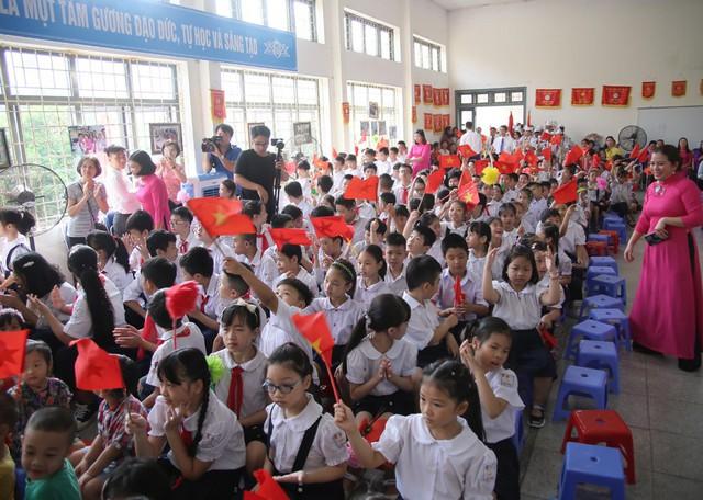 Xúc động học sinh hát Quốc ca bằng tay trong lễ khai giảng tại ngôi trường đặc biệt nhất Hà Nội - Ảnh 4.