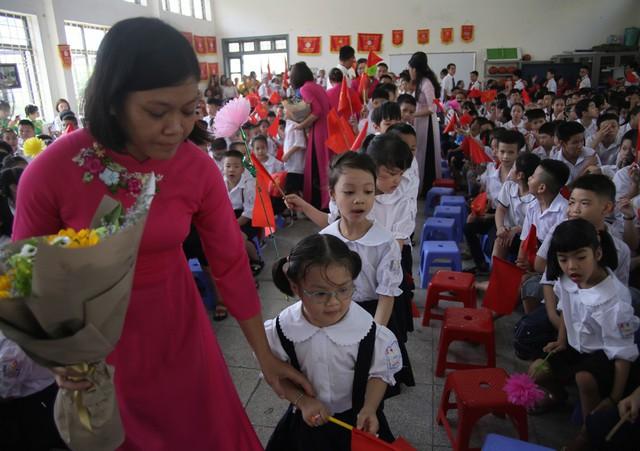 Xúc động học sinh hát Quốc ca bằng tay trong lễ khai giảng tại ngôi trường đặc biệt nhất Hà Nội - Ảnh 5.