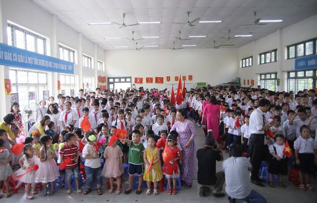 Xúc động học sinh hát Quốc ca bằng tay trong lễ khai giảng tại ngôi trường đặc biệt nhất Hà Nội - Ảnh 6.