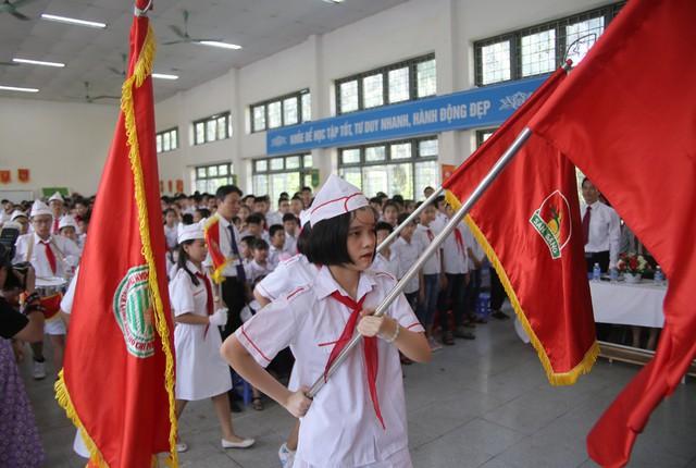 Xúc động học sinh hát Quốc ca bằng tay trong lễ khai giảng tại ngôi trường đặc biệt nhất Hà Nội - Ảnh 7.