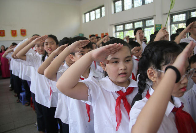 Xúc động học sinh hát Quốc ca bằng tay trong lễ khai giảng tại ngôi trường đặc biệt nhất Hà Nội - Ảnh 2.