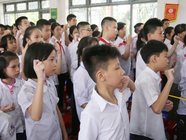 Xúc động học sinh hát Quốc ca bằng tay trong lễ khai giảng tại ngôi trường đặc biệt nhất Hà Nội - Ảnh 3.