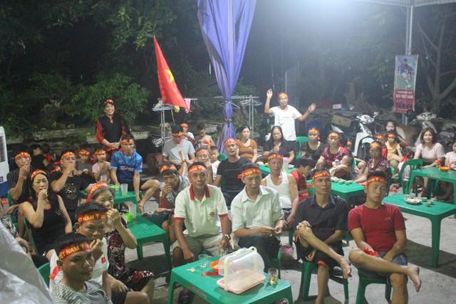 Người dân quê tiếc nuối khi tuyển Việt Nam hòa Thái Lan - Ảnh 2.
