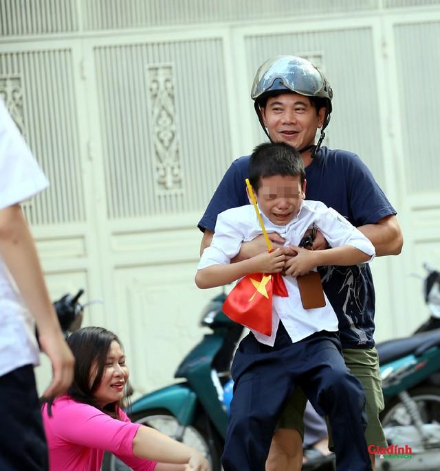 Bộ ảnh ghi lại khoảnh khắc đáng yêu của cậu bé trong ngày khai giảng năm học mới gây sốt mạng xã hội - Ảnh 7.