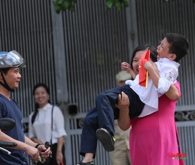 Bộ ảnh ghi lại khoảnh khắc đáng yêu của cậu bé trong ngày khai giảng năm học mới gây sốt mạng xã hội - Ảnh 3.
