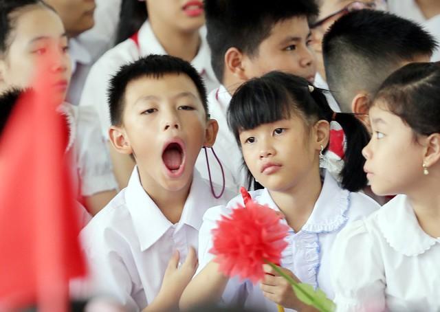 Những khoảnh khắc vô cùng đáng yêu của các bé học sinh trong ngày khai giảng năm học mới - Ảnh 2.
