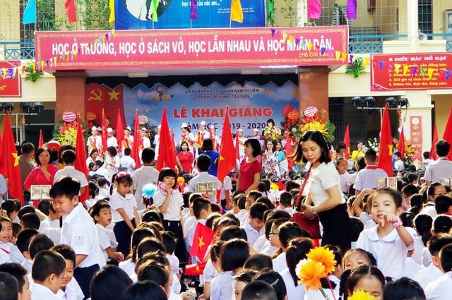 Những khoảnh khắc vô cùng đáng yêu của các bé học sinh trong ngày khai giảng năm học mới - Ảnh 9.