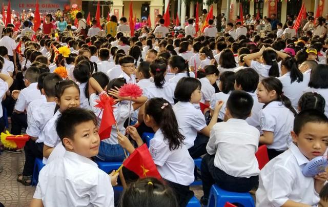 Những khoảnh khắc vô cùng đáng yêu của các bé học sinh trong ngày khai giảng năm học mới - Ảnh 11.
