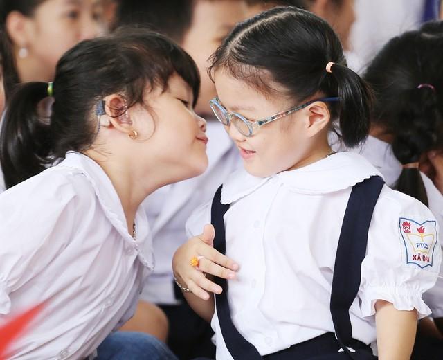 Những khoảnh khắc vô cùng đáng yêu của các bé học sinh trong ngày khai giảng năm học mới - Ảnh 6.