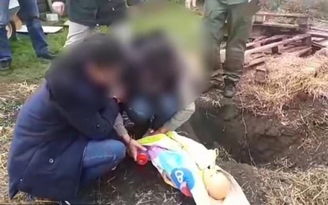 Không đủ tiền mua thức ăn, bà mẹ cùng quẫn thắt cổ con rồi chôn xác phi tang vì nghĩ chết rồi sẽ không còn khóc vì đói nữa - Ảnh 1.