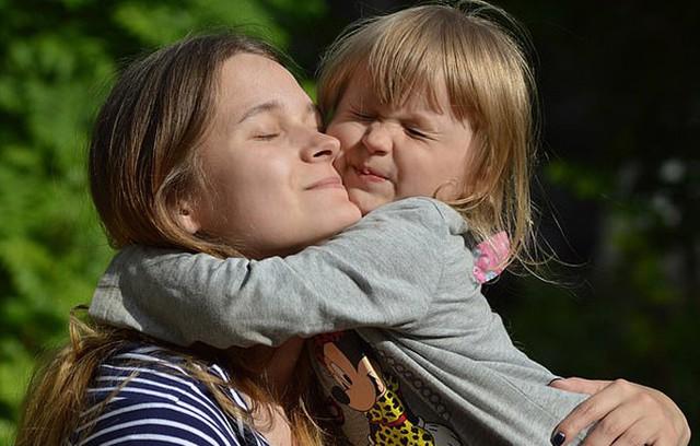Khoảnh khắc rơi nước mắt: Con gái đoàn tụ với bố mẹ sau 20 năm bị lạc - Ảnh 4.