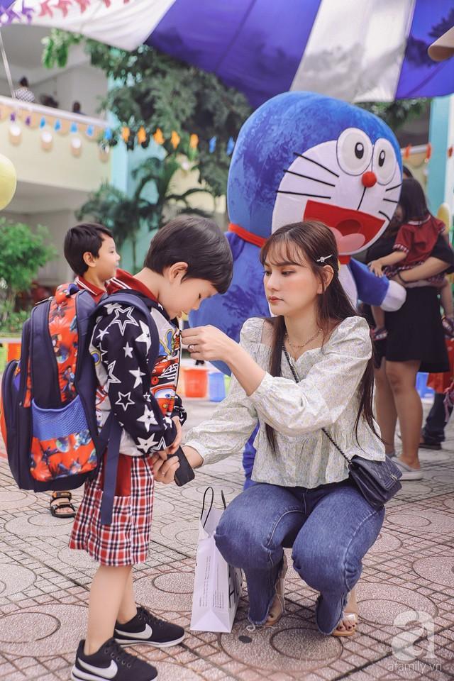 Thu Thủy cùng chồng kém 10 tuổi hào hứng đưa bé Henry tới trường trong ngày khai giảng năm học mới, bỏ qua loạt ồn ào không đáng có - Ảnh 7.