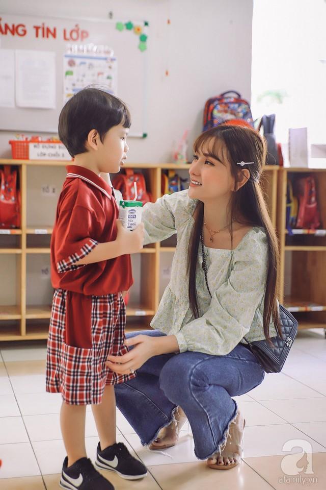 Thu Thủy cùng chồng kém 10 tuổi hào hứng đưa bé Henry tới trường trong ngày khai giảng năm học mới, bỏ qua loạt ồn ào không đáng có - Ảnh 8.