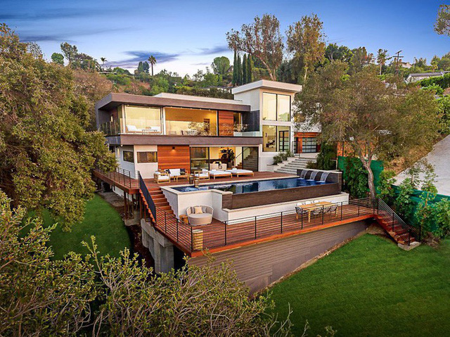Ngôi nhà hiện đại được kiến trúc sư sử dụng tông màu đất khắp mọi nơi từ đá lát vách ngăn, bàn ăn, lan can và cầu thang - Ảnh 1.