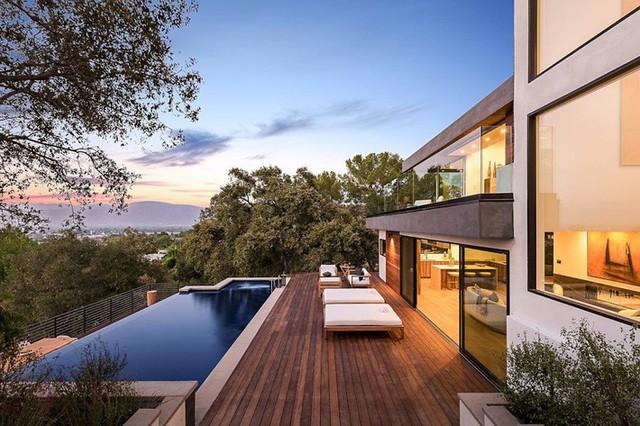 Ngôi nhà hiện đại được kiến trúc sư sử dụng tông màu đất khắp mọi nơi từ đá lát vách ngăn, bàn ăn, lan can và cầu thang - Ảnh 2.