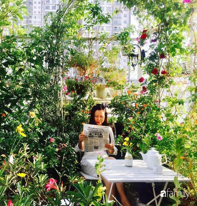 Khu vườn 30m² muôn hoa đua nở trên sân thượng của mẹ đảm thích mộng mơ ở TP. HCM - Ảnh 1.
