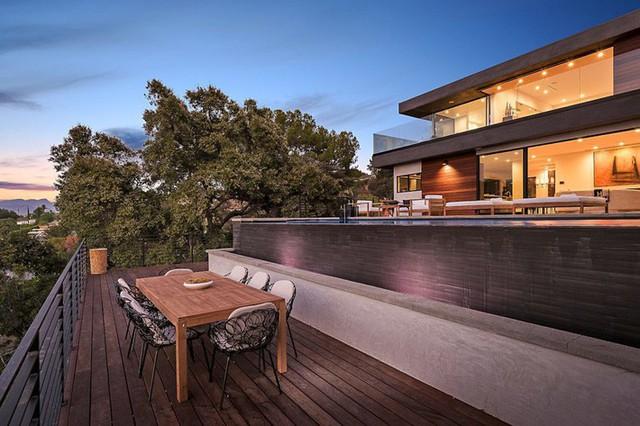 Ngôi nhà hiện đại được kiến trúc sư sử dụng tông màu đất khắp mọi nơi từ đá lát vách ngăn, bàn ăn, lan can và cầu thang - Ảnh 3.