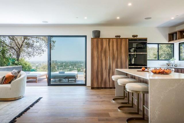 Ngôi nhà hiện đại được kiến trúc sư sử dụng tông màu đất khắp mọi nơi từ đá lát vách ngăn, bàn ăn, lan can và cầu thang - Ảnh 4.