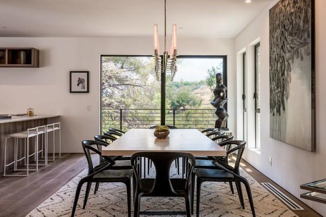Ngôi nhà hiện đại được kiến trúc sư sử dụng tông màu đất khắp mọi nơi từ đá lát vách ngăn, bàn ăn, lan can và cầu thang - Ảnh 7.