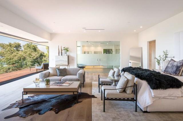 Ngôi nhà hiện đại được kiến trúc sư sử dụng tông màu đất khắp mọi nơi từ đá lát vách ngăn, bàn ăn, lan can và cầu thang - Ảnh 8.