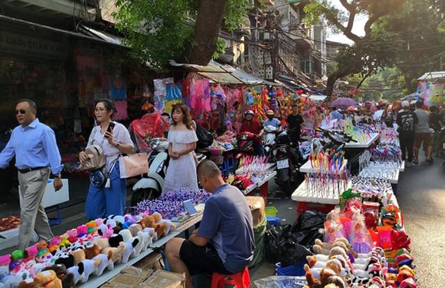 Vì sao các cửa hàng bán đồ chơi Trung thu tại phố Hàng Mã cấm người dân chụp ảnh? - Ảnh 5.