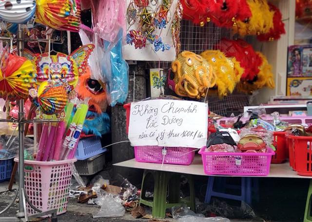 Vì sao các cửa hàng bán đồ chơi Trung thu tại phố Hàng Mã cấm người dân chụp ảnh? - Ảnh 1.