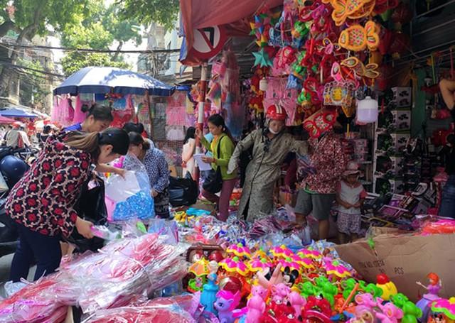 Vì sao các cửa hàng bán đồ chơi Trung thu tại phố Hàng Mã cấm người dân chụp ảnh? - Ảnh 8.