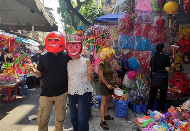 Vì sao các cửa hàng bán đồ chơi Trung thu tại phố Hàng Mã cấm người dân chụp ảnh? - Ảnh 11.