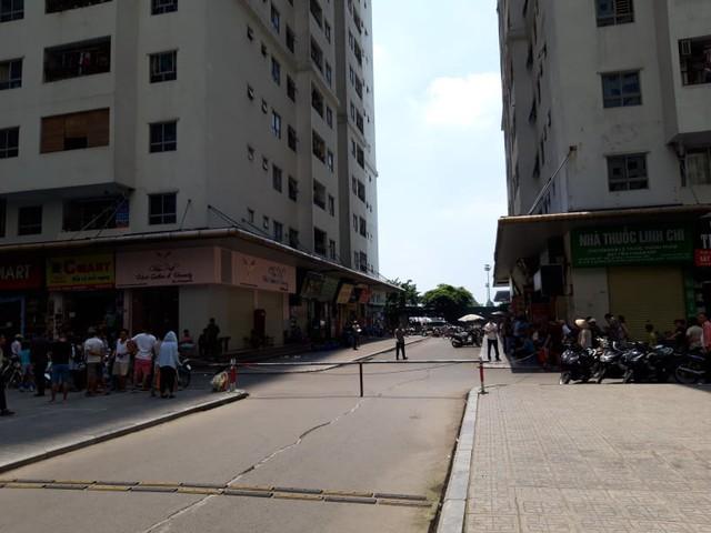 Khám nghiệm hiện trường vụ nổ tại quán trà đá chung cư HH Linh Đàm - Ảnh 3.
