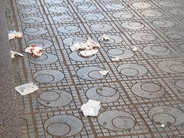 Khám nghiệm hiện trường vụ nổ tại quán trà đá chung cư HH Linh Đàm - Ảnh 7.