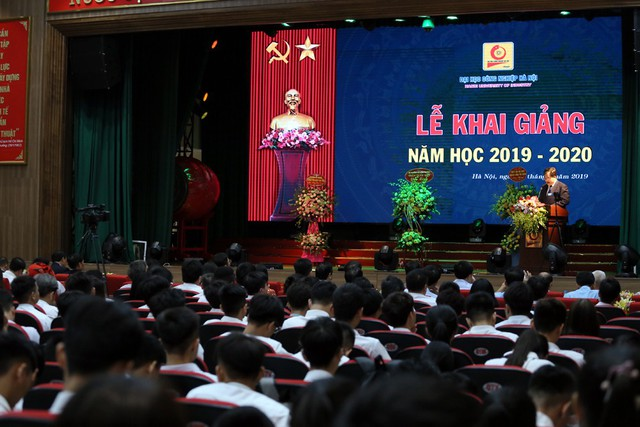 Bộ trưởng Trần Tuấn Anh bất ngờ xuất khẩu thành thơ sau khi nghe ca sĩ Anh Thơ hát - Ảnh 1.