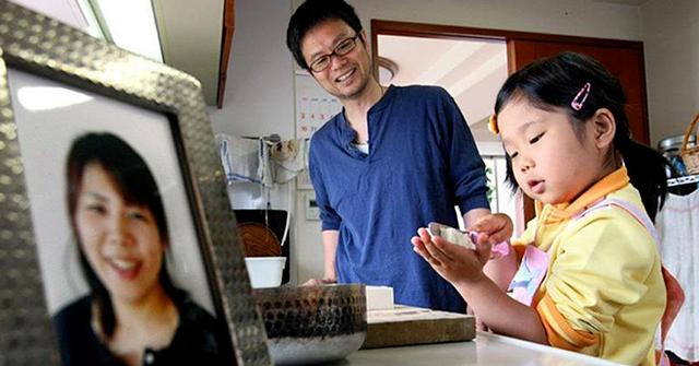 Mẹ ung thư dạy con gái 3 tuổi sống tự lập khi mồ côi  - Ảnh 1.