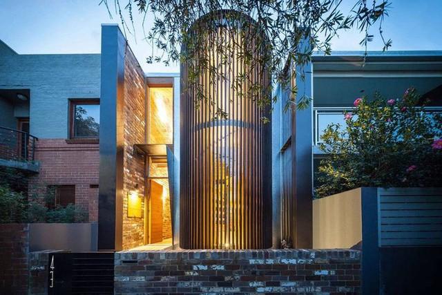 Ngôi nhà phố được thiết kế để giảm thiểu chi phí sinh hoạt, còn trồng rau nuôi gà ngay trong nhà nhưng vẫn sạch sẽ - Ảnh 1.