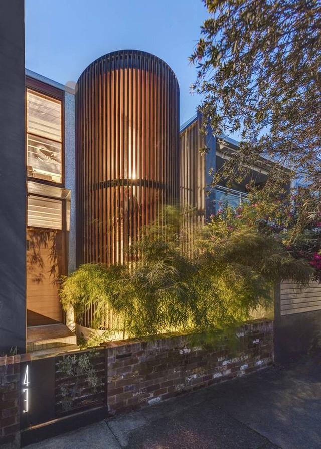 Ngôi nhà phố được thiết kế để giảm thiểu chi phí sinh hoạt, còn trồng rau nuôi gà ngay trong nhà nhưng vẫn sạch sẽ - Ảnh 2.