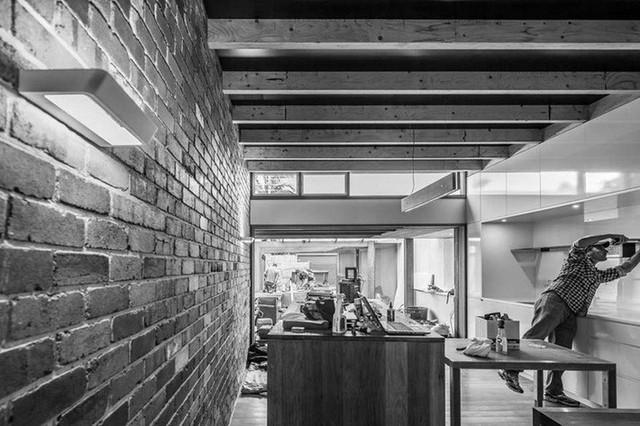 Ngôi nhà phố được thiết kế để giảm thiểu chi phí sinh hoạt, còn trồng rau nuôi gà ngay trong nhà nhưng vẫn sạch sẽ - Ảnh 3.