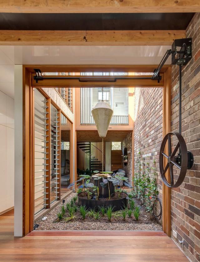 Ngôi nhà phố được thiết kế để giảm thiểu chi phí sinh hoạt, còn trồng rau nuôi gà ngay trong nhà nhưng vẫn sạch sẽ - Ảnh 9.