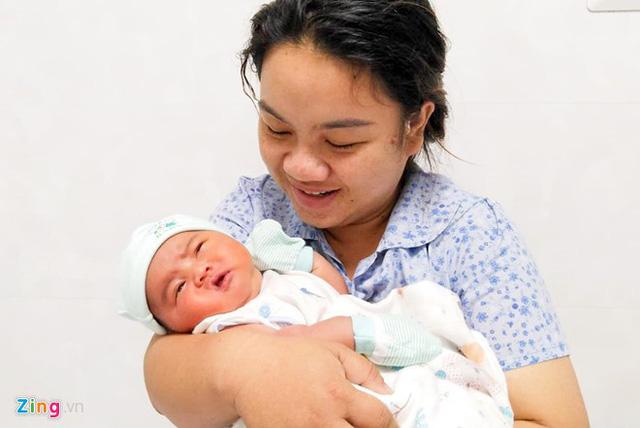 Sản phụ sinh con nặng nhất ở Quảng Ngãi: Tôi vừa mừng vừa lo âu - Ảnh 1.
