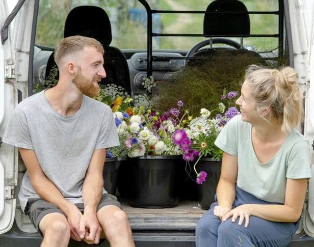 Khu vườn rực rỡ của cặp vợ chồng tự trồng hoa cho đám cưới - Ảnh 1.