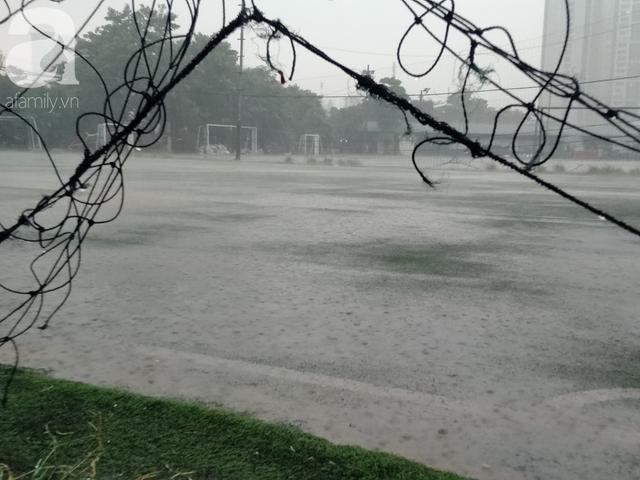 Hà Nội mưa lớn giờ tan tầm, nguy cơ gây ngập úng các quận nội thành - Ảnh 1.