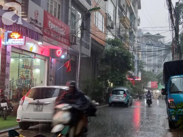 Hà Nội mưa lớn giờ tan tầm, nguy cơ gây ngập úng các quận nội thành - Ảnh 2.
