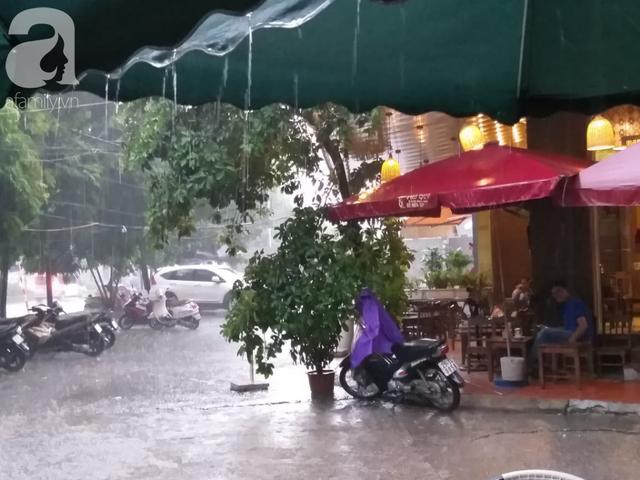 Hà Nội mưa lớn giờ tan tầm, nguy cơ gây ngập úng các quận nội thành - Ảnh 3.