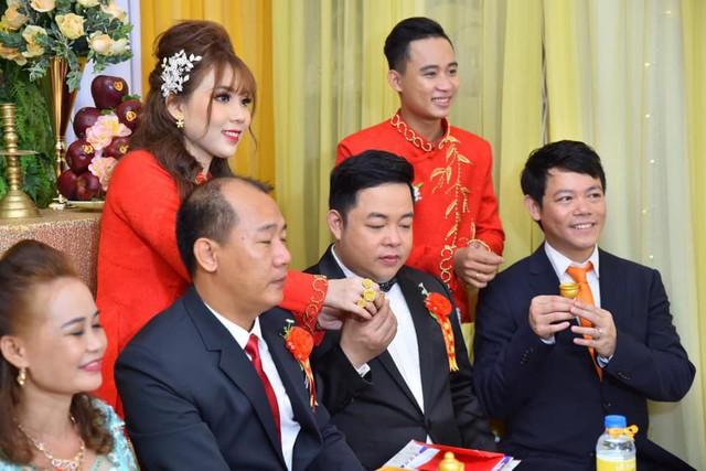 Ca sĩ Quang Lê làm bố chồng ở tuổi 39, đích thân đưa con trai xuống miền Tây rước dâu - Ảnh 6.
