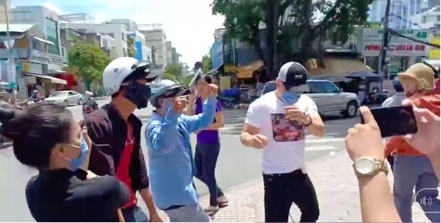 Trong đoạn clip Dương Lâm bị hành hung rất nhiều người đã dùng điện thoại quay phim, chụp hình (ảnh cắt từ video)