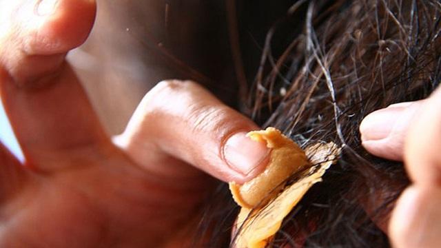 Bị bã cao su dính vào tóc đừng vội dùng kéo cắt mà hỏng cả bộ tóc, cách đơn giản sau đây sẽ giúp bạn lấy nó ra dễ dàng - Ảnh 3.
