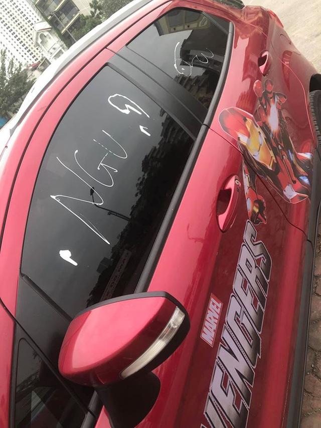 Đỗ xe ở vỉa hè rồi đi uống cafe, lúc quay trở lại tài xế giận tím người khi nhìn thấy dòng chữ nguệch ngoạc trên xe - Ảnh 2.