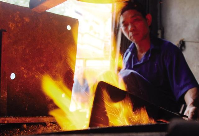 Bếp lửa bập bùng ở làng nghề dao kéo nghìn năm - Ảnh 1.