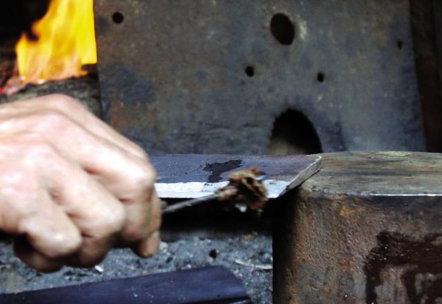 Bếp lửa bập bùng ở làng nghề dao kéo nghìn năm - Ảnh 9.