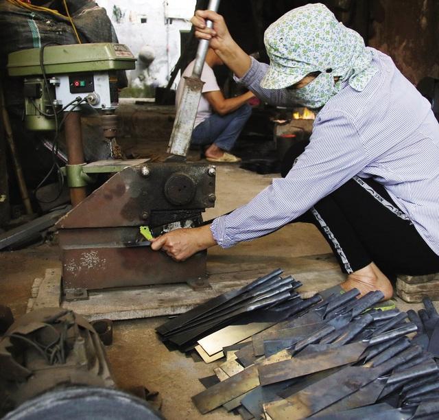 Bếp lửa bập bùng ở làng nghề dao kéo nghìn năm - Ảnh 7.