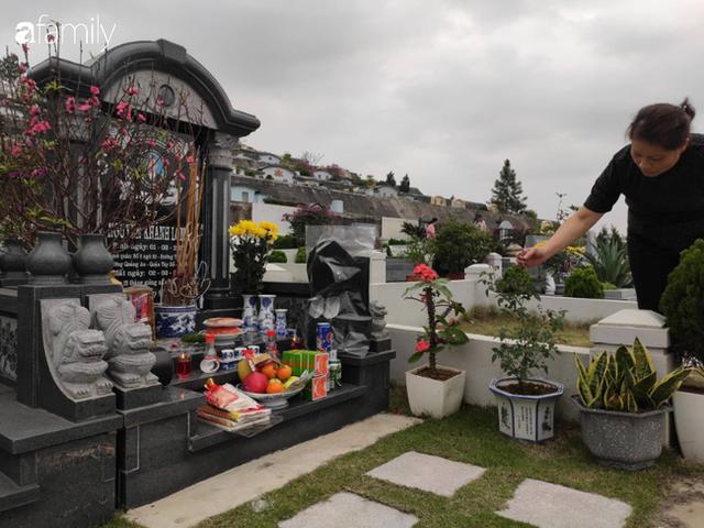 Người Hà Nội sắm sửa điện thoại, đồng hồ cùng con cháu đi tảo mộ mời gia tiên về ăn Tết - Ảnh 2.