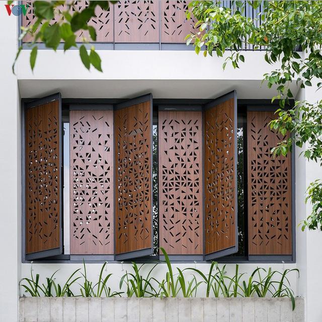 Ngôi nhà phố có những cánh cửa gỗ trổ hình tam giác gây hiệu ứng đặc biệt trong nhà - Ảnh 2.